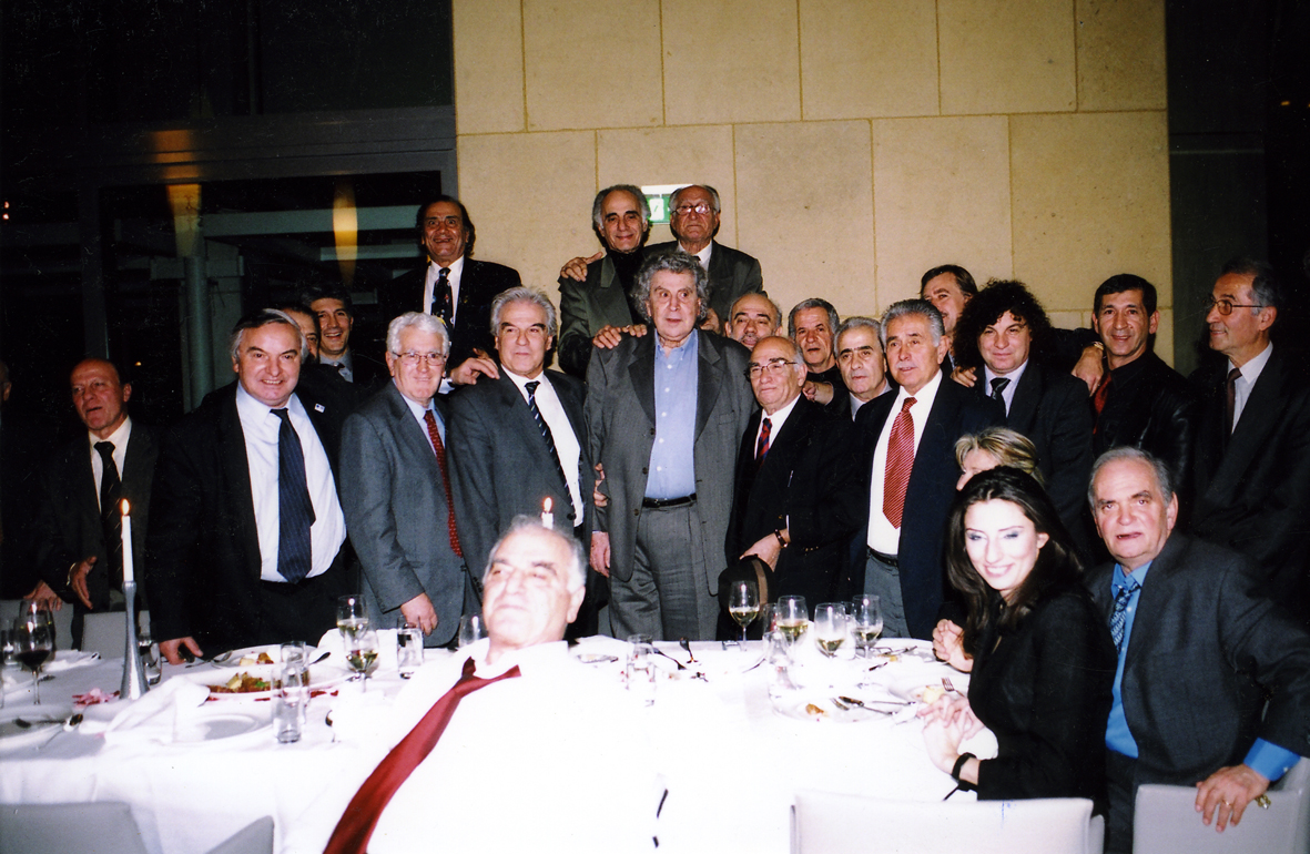 Όταν ο Μίκης Θεοδωράκης συνάντησε τους διεθνείς (19/12/2003)